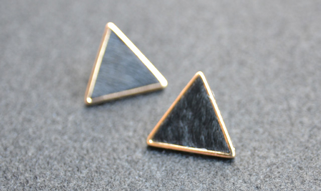 三角ピアスBK_W640